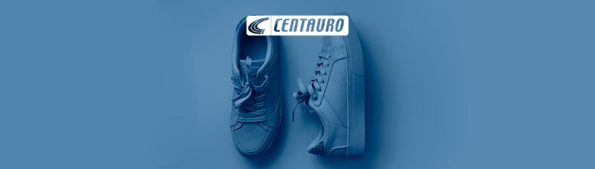 um par de tênis azuis em um fundo azul