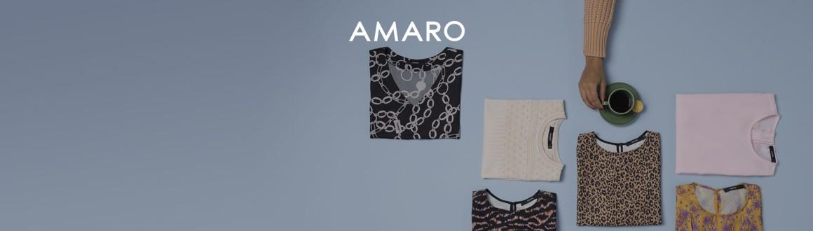 imagem de camisetas dobradas vistas de cima e uma mão segurando um café no fundo azul