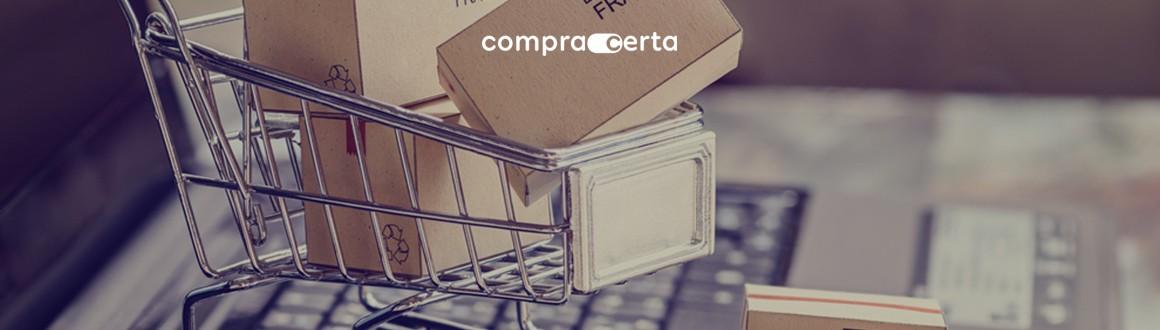 Mini carinho de compras com caixas em cima de uma computador