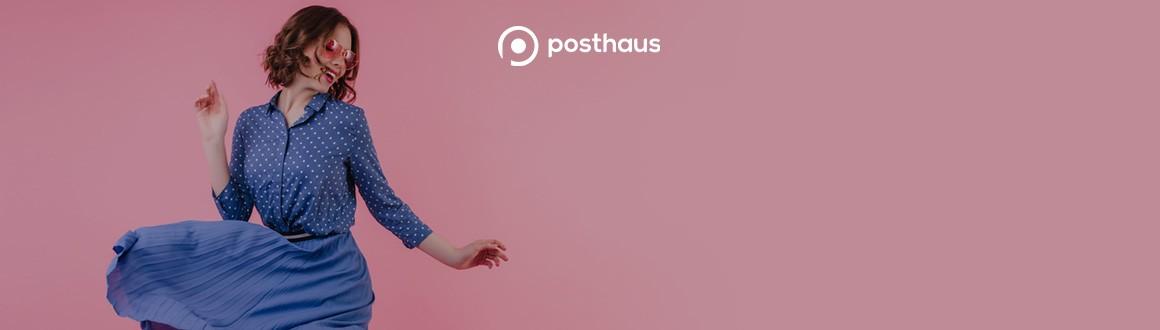 Mulher com roupa azul em um fundo rosa