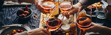 amigos tomando vinho